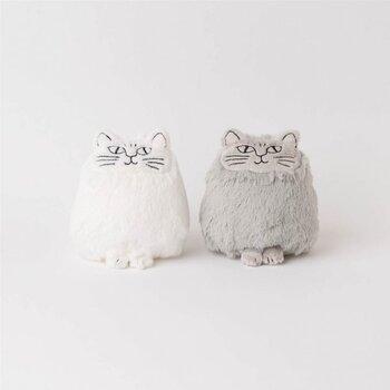 リサの作品の中でも、1965年の1年間だけ製造された陶器オブジェ LITEN KATT(小さな猫)シリーズは、今やかなり希少なヴィンテージもの。そのLITEN KATTの系譜に、磁器ソルト&ペッパーがあり、それを元に作られたのがこちらのぬいぐるみペアセット。陶磁器とは異なり、柔らかな毛並みが美しいぬいぐるみ。けれど、オリジナルのイメージを忠実に表しています。手の平にのるサイズ感も絶妙で、ちょこんとお行儀よく並んでいる様にキュンとしてしまいます。