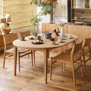 北欧家具を語る上で欠かせない木製のインテリア。ダイニングにもそんな北欧風のテーブルやチェアがよく合います。空間に余裕があれば、テーブルの周囲に移動できるスペースを作ると家族が行き来しやすくなります。