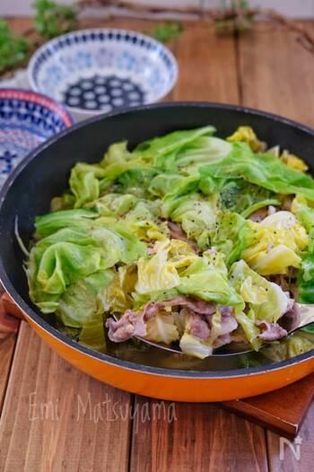 キャベツと豚肉を交互に重ねて蒸すヘルシーレシピ。それぞれの素材の旨味とレモンの酸味の相性が抜群で、さっぱりとした味わいに。フライパンのまま食卓に出して、豪快にいただくのもおすすめです。