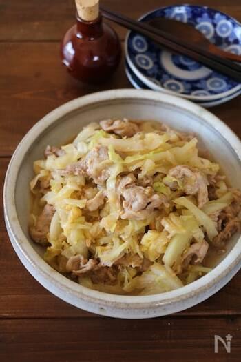 鮭でおなじみのちゃんちゃん焼きを、豚肉に置き換えてみた一品。蒸し煮することで旨味が凝縮されて、ごはんがすすみます。お好みで七味や一味を加えても◎