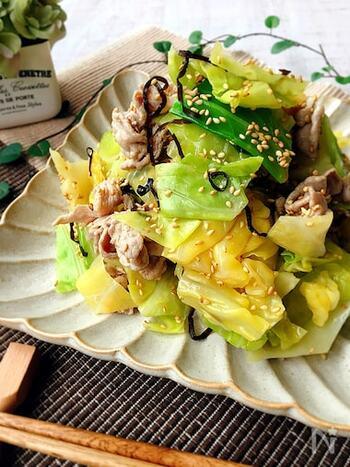 こちらは、豚肉は茹でて、キャベツは蒸すレシピ。ごま油の香りで箸がすすむ、ナムルのような味わいです。汁気が少ないので、お弁当のおかずにもおすすめ。