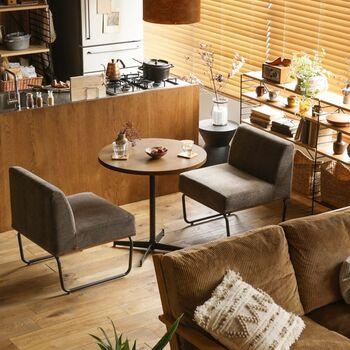1~2人暮らしのダイニングなら、テーブルをよりコンパクトにするのもおすすめ。丸テーブルとソファの組み合わせは、どこかなつかしい喫茶店のようにも見えますね。