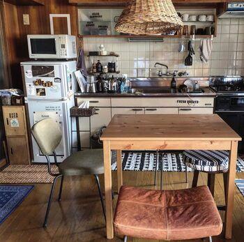 いかにも居心地が良さそうなダイニングキッチンは、築60年のヴィンテージマンションの一部。ダイニングテーブルはIKEAの物ですが、チェアやラグ、レトロスタイルのキッチンなどが懐かしい雰囲気を醸し出します。