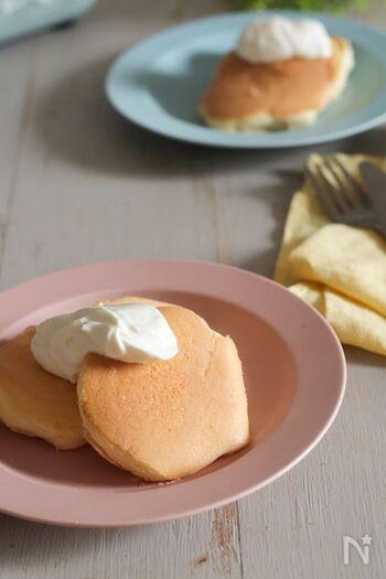 ホットプレートを使えばホットケーキもいっぺんに焼けるので、みんなで一緒に温かい状態でいただけます。 せっかくの休日なので生地にも一工夫。卵を卵黄と卵白に分け、それぞれに泡立ててから合わせることでシュワっと口どけするスフレになります。米粉を使うとダマにならずふるう必要もありません。