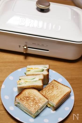 目玉気、グリルしたハムやベーコンを挟んでホットサンドを作りましょう! できるまでの過程がエンターテイメントになり子供もワクワクすること間違いなし。パンに早く色がつくので低温で焼いてくださいね。