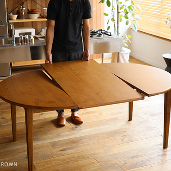 「来客があるとテーブルが足りなくなる」というお悩みにぴったりなのが、伸長式のダイニングテーブル。人数が増えた時だけサイズを大きくできるフレキシブルな対応力が魅力です。