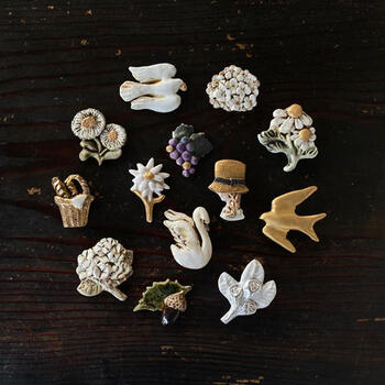 焼き物の産地、岐阜県多治見市で陶磁器製の装身具や小物を製作している中島奈緒子さん。彼女の作るブローチは、どこかノスタルジックで絵本の世界を立体にしたかのような雰囲気があります。