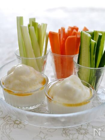 ゼラチンを加えてふわふわに仕立てた、白だしベースのディップです。よりおいしく食べるには、野菜の切り方にもこだわって。