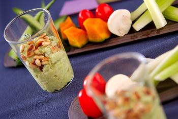 アボカドと豆腐のディップに、食物繊維やミネラルも豊富な松の実をプラス。カリカリの食感も楽しんでくださいね。