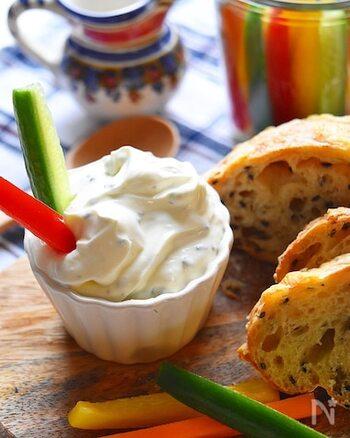 ベースは濃厚なクリームチーズ。芽ネギがさわやかなアクセントとなり、いくらでも食べられるディップです。野菜にもパンにもたっぷりどうぞ!
