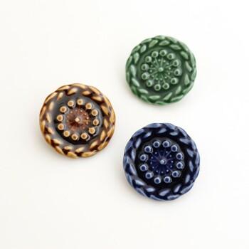 三つ編みをモチーフに作られたブローチは、繊細な模様のボタンのよう。渋めのカラーなので、年配の方への贈り物にしたり和装に合わせたり、様々に活躍してくれそうですね。