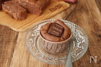 ホットケーキミックスに、チョコレートプリンとサラダ油を加えるだけで、こんなにおしゃれなマフィンが完成!板チョコはお好みでトッピングに使うので、刻む手間も溶かす手間もありません。板チョコのフレーバーを変えるだけで味の変化も楽しめそうですね♪