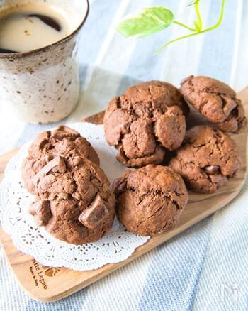 こちらは板チョコにココアもプラスしたクッキーのレシピです。粉類はホットケーキミックスだけでOK。別に砂糖を入れていないので、甘さは板チョコで調節できます。ミルクチョコやビターチョコなどお好みでアレンジしてみてください♪