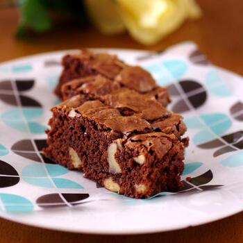 ホットケーキミックスでブラウニーだって作れます♪作り方は、3ステップで完成。バターやチョコレートをやわらかくするのには電子レンジを使うのでお手軽です。クルミは軽くローストしたものを使いましょう。お好みのスパイスやチョコチップなどでアレンジもできるのだそう♪