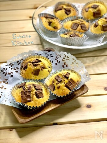 チョコレートの存在感をたっぷり味わえるカップケーキです。生地の黄色とチョコレートの色合いのコントラストがキレイですね。卵の風味を楽しめる甘さ控えめな生地なので、チョコレートは甘めのものを合わせるのがおすすめなのだそう。チョコレートは生地への混ぜ込みとトッピングの両方に使います♪