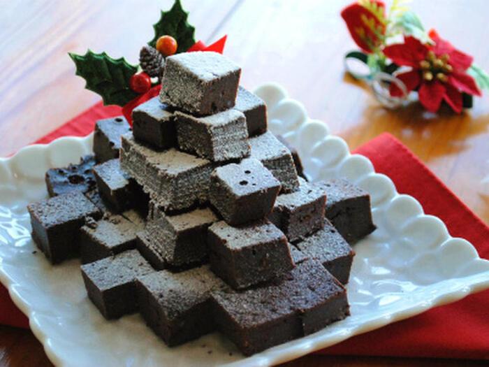 濃厚なガトーショコラも炊飯器とホットケーキミックスで作れます!粉類を先に合わせておいて、溶かしたチョコレートの中に卵や生クリームと一緒に入れて混ぜましょう。焼き上がったケーキは、そのままでもお好みのサイズに切ってもどちらでも楽しめます。粉砂糖で雪化粧をするとこんなに素敵に♪