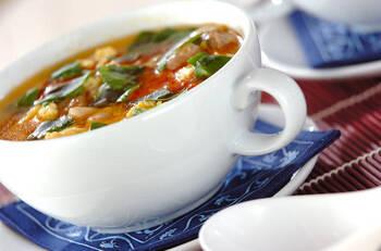 鶏もも肉とフレッシュトマトを使ったアジアン風のチキンスープです。仕上げにナンプラーを加えると一気にエスニック味に早変わり。トマトの酸味がさっぱりしていて、暑い日にもピッタリですよ。