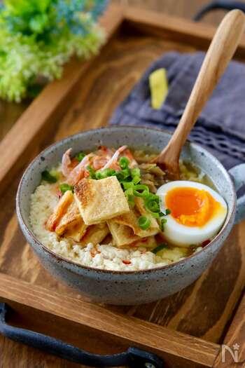 台湾で朝ごはんとして親しまれている「シェントウジャン」です。アクセントにザーサイや桜エビ、油揚げなどの具を加えて。お酢に温めた豆乳を加えると、おぼろ豆腐のようにゆるく固まります。混ぜすぎるともろもろの状態になるので注意して。5分でできるので忙しい朝にもおすすめですよ。