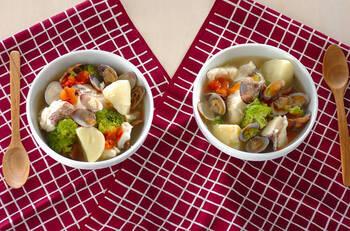 魚介のうま味がたっぷり味わえる♪白身魚とアサリの入った具だくさんのスープです。風味付けにサフランを加えて、いつもと一味違うおいしさが味わえますよ。ホタテやイカなどを加えても◎ご飯やパンにも合うこと間違いなしです。