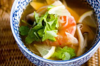 辛酸っぱさがやみつきになる!タイ料理のスープはいかが?トムヤムクンを簡単バージョンにアレンジして作りやすくしています。ナンプラーを加えてアジアのうま味をプラス。お好みでレモンやパクチーを添えて、サッパリと召し上がれ♪