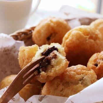 ホットケーキミックスとフライパンのコンビでは、ドーナツも作れますよ。チョコレートは砕いて、ドーナツ生地で包んで揚げます。チョコレートが外に出ていないか確かめてしっかり包むのがコツ。食べる時に、ドーナツの中からチョコレートが顔を出すのも楽しいお菓子です♪