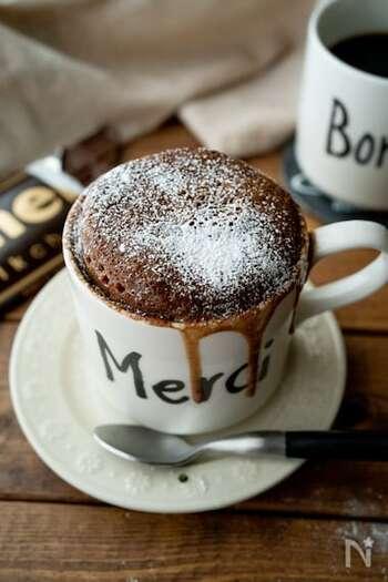 マグカップのみ、ボールも不要で作れちゃうお菓子です。ホットケーキミックスと電子レンジのコンビネーションで外せない、マグカップケーキのレシピ。生地の真ん中に板チョコを入れることで、フォンダンショコラ風に仕上がります。吹きこぼれた姿もおしゃれなのでそこは気にせず、小皿を敷いてから加熱しましょう♪