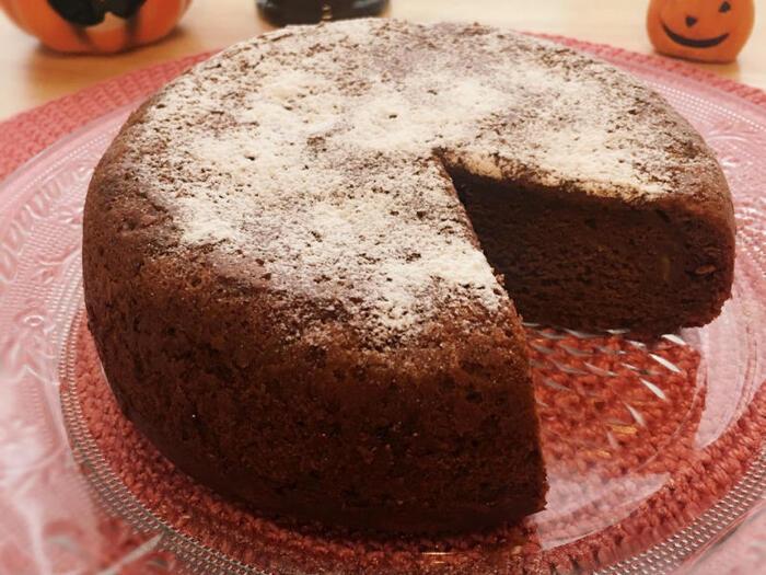 チョコレートとバナナは相性ぴったり。ホットケーキミックスを使って、炊飯器でケーキにしてみましょう。バナナは完熟のものを使います。バナナの甘味をブラックタイプの板チョコとココアパウダーで引き締めた絶妙な味わい。翌日になるとしっとりとしておいしいのだそう♪