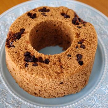 ふわふわのシフォンケーキを電子レンジで作ってみましょう。卵白を泡立てるなど生地作りは少し手間がかかりますが、加熱時間は3分以内という時短レシピ。チョコレートはチョコチップを使いますが、生地には混ぜずに、生地を入れた上にトッピングして加熱するのがコツです♪