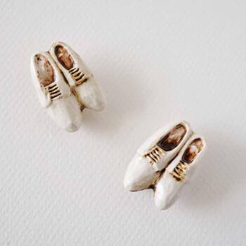 革靴金彩ブローチは、イギリス紳士が愛する革靴をイメージしたもの。小人の靴みたいで可愛らしいですね。