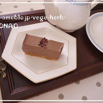 豆乳を使ったヘルシーなチョコレアチーズケーキ。500mlの牛乳パックを2個使って作ります。最後に散らすカカオニブがおしゃれ。