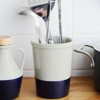 ぬくもりのある陶器製のツールスタンドです。入れ口がほんの少し広がっており、出し入れしやすいのが嬉しいですね。ツートンカラーでインテリア性の高いアイテムなので、置くだけでキッチンがモダンな雰囲気になりますよ。