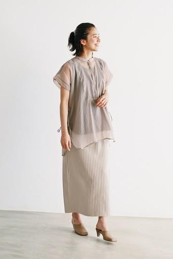 フロント部分がマニッシュな比翼仕立てになった、シアーシャツ。パンツを合わせてもよいですが、同系色のスカートを合わせて、エレガントなワントーンコーデにしてもおしゃれです。  ワントーンコーデに挑戦するときは、素材感の異なるアイテムを組み合わせて、メリハリをつけるのがおすすめ!