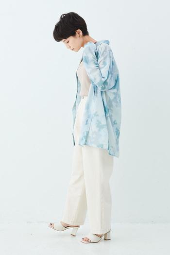 ムラ染めのシアーシャツは、無地のものより透け感が控えめ。より大人っぽく上品なコーデを目指したい方におすすめです。ほかのアイテムをホワイト系でまとめれば、シャツの淡いブルーを引き立たせて爽やかに着こなせます。  存在感のあるチャンキーヒールは、ワイドなパンツとの相性◎ つま先は見せて、軽やかに♪