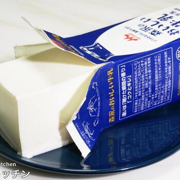 牛乳パックにたっぷり作れる杏仁豆腐レシピ。レンジで加熱した杏仁液と粉ゼラチンを混ぜて牛乳パックに注ぎ、生クリームを入れて口を閉じたら振って混ぜ、冷蔵庫で冷やし固めれば完成です。本格的な味わいなのに簡単にたくさん作れるのが嬉しい。