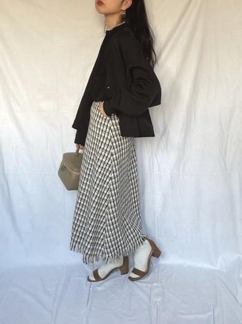 ノーカラーのジャケットにツイードのフレアスカートを合わせたきちんと感のあるスタイルに、足元はストラップサンダルで抜け感を。ベージュのサンダルに白の靴下が印象的なスタイルです。