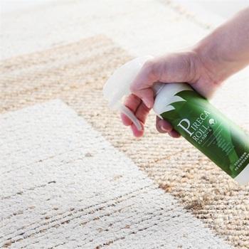 精製水などと調合して手作りすることもできますが、ナチュラルな成分のみで作られた市販のアイテムもあります。自然素材を由来としているので、キッチン周りの虫除け対策としても安心して使うことができます。