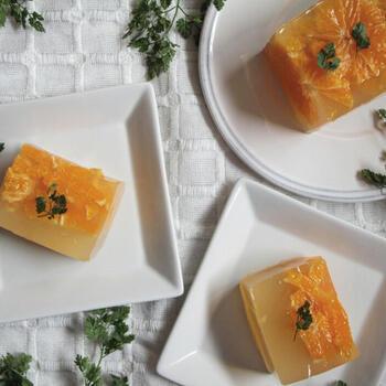 フレッシュなオレンジを丸ごと詰め込んだ、爽やかゼリー。皮をむいた輪切りオレンジにはちみつとレモン汁をかけレンジ加熱することで、ゼリー液ともよくなじんで、酸味と甘さのバランスが抜群です。