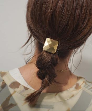 ハーフアップにした毛束と残りの髪の毛を三つ編みにして、ハーフアップの結び目のポニーフックをプラス。通常よりもランダムな三つ編みで、動きが生まれます。