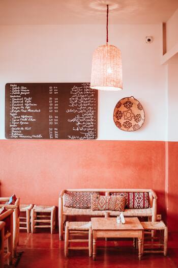 モロッコのスーク(市場)や飲食店で見かけるマルシェスツール。表面の削り跡がそのままで剥き出しな脚の部分に、モロッコの味を感じます。