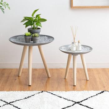 モロッコのトレイテーブルは、天然木の脚に真鍮のトレイを載せたものが一般的。  こちらはそれをモチーフに作られたちょっとモダンなトレイテーブルです。天板にはアラベスク調の繊細な装飾が手彫りされています。サイドテーブルとしてもディスプレイ台としても◎北欧インテリアとも相性良さそうですね。