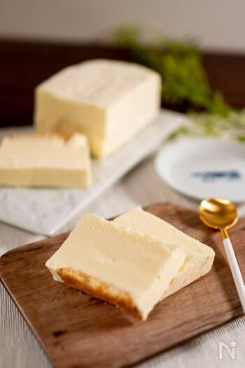 口に入れた瞬間とろける、レアチーズアイスケーキ。クリームチーズなどの材料を順に混ぜ、ビスケットを敷いた牛乳パックに流し入れて冷凍庫で冷やすだけの、材料4つで簡単にできるお手軽レシピです。
