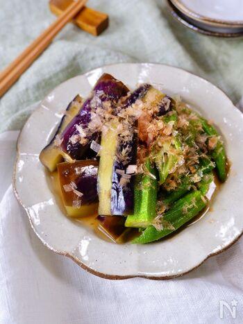 夏野菜を味わう♪なすとおくらの煮びたしです。なすに油を回しかけてから、レンジで加熱するのがポイント!うま味を閉じ込めて、コクがプラスされるそう。色鮮やかにもなり、ひと手間加えるだけでおいしくなりますよ。お好みでかつお節をかけて召し上がれ。