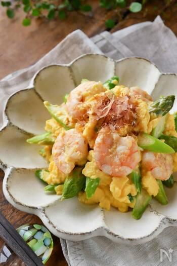 和風のやさしい香りが広がる、アスパラガスとえびの入ったふわとろ卵とじです。アスパラガスの甘みとエビのうま味が絶妙~♪ふわとろ卵にするポイントは、卵の状態を丁寧に確認しながら加熱を繰り返すこと。彩りキレイな副菜は、食卓でも映えること間違いなしです。