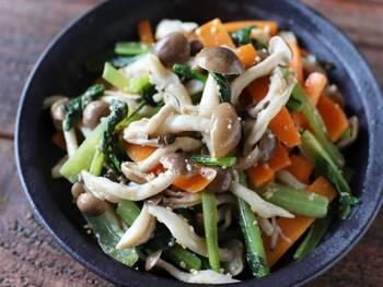 3色が映える♪しめじをたっぷり使ったナムルです。小松菜とニンジンとしめじで彩りよく仕上げます。にんにくのきいた中華風の味付けは、おつまみやお弁当のおかずにもおすすめですよ。