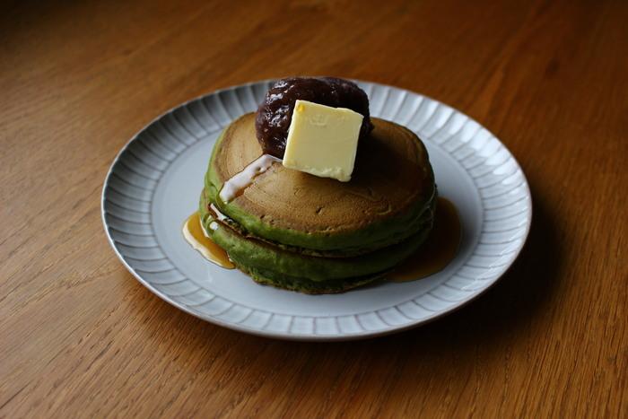 ふかふかの生地が美味しいホットケーキは、大満足の朝食やおやつに!トッピングのあんバターは間違いない組み合わせ。仕上げにかけるはちみつ醤油シロップは、甘じょっぱい味わいがクセになります。