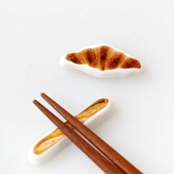 箸置きなのにパン! こちら、フォトグラファーのマサコバさんの写真が陶器にプリントされている箸置きです。クロワッサンとフランスパンの二種類で、思わず焼きたてのパンの香りを想像してしまいます。食卓にユーモアを足したいときにどうぞ。