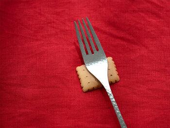 かじりたくなっちゃうくらい本物っぽい、おいしそうなクッキー。朝昼晩の食事のときだけでなく、おやつタイムにもたくさん使えそうな箸置きです! 画像は四角のものですが、丸いビスケット型もあります♪