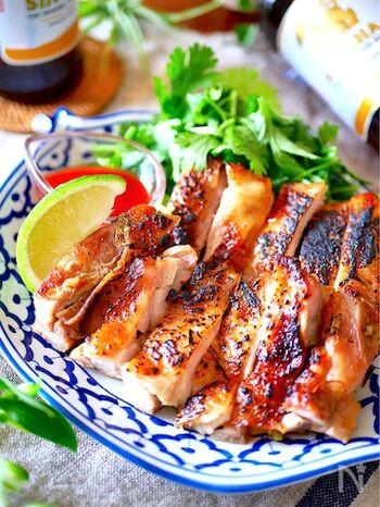 タイ風焼き鳥、「ガイヤーン」。しっかり下味が染み込んだ鶏肉はジューシーで、皮はパリッと香ばしい。肉を漬け込む時の調味料やハーブ類が揃っていれば、本場の味も再現できるのだそう。こちらの黄金レシピを覚えておけば、いつでも自宅でタイ気分を味わえそうです。