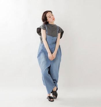 サロペットの肩ストラップの幅は、コーデ全体の印象を大きく左右します。細めのものを選んだほうが、大人っぽくこなれた雰囲気をまとうことができますよ。中に着るシャツは、やっぱり袖にアクセントのあるものがおすすめ。デザインスリーブが映えて、シンプル過ぎないおしゃれなコーデが楽しめます♪