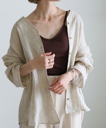 通気性のよい麻シャツをジャケット風に羽織ったカジュアルなコーデです。ノーカラーのシャツは、襟付きのものよりもフェミニンでやわらかい印象を与えてくれるため、大人の女性にぴったり。ベージュ×アイボリーの組み合わせはぼんやりしがちなので、インナーのブラウンで優しく引き締めます。